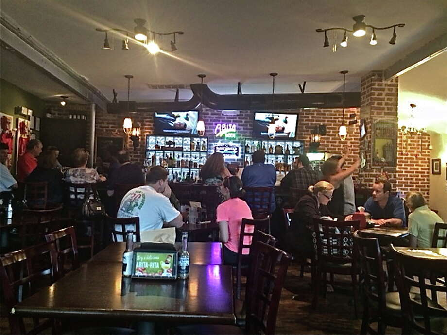 Dining room and full bar at BB's Upper Kirby location on Richmond Ave. Photo: Alison Cook