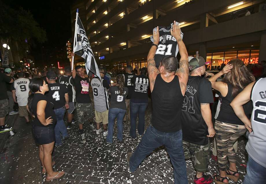Spurs fans rally on Commerce Street after their team lost in the NBA Finals June 20, 2013. Photo: Tom Reel, Express-News
