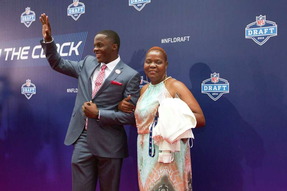 Teddy Bridgewater, of Louisville, waves to fans as he walks the Red Carpet with his mother, Rose Murphy, before the NFL Draft at Radio City Music Hall Thursday, May 8, 2014, in New York. Photo: Brett Coomer, Houston Chronicle / © 2014 Houston Chronicle
