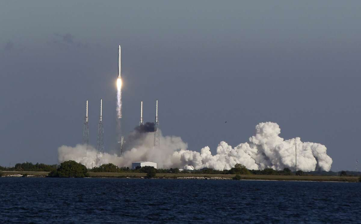 The SpaceX Falcon 9 rocket lifts off from pad 40 at the Cape Canaveral Air Force Station in Cape Canaveral, Fla., Wednesday, Dec. 8, 2010. (AP Photo/John Raoux)