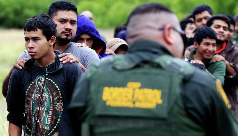 Hombres y jóvenes están alineados cerca de McAllen después ser detenidos por el U.S. Border Patrol. Activistas dicen que el sistema para registrar denuncias contra abusos es difícil. Photo: Gabe Hernandez / The Monitor / The Monitor