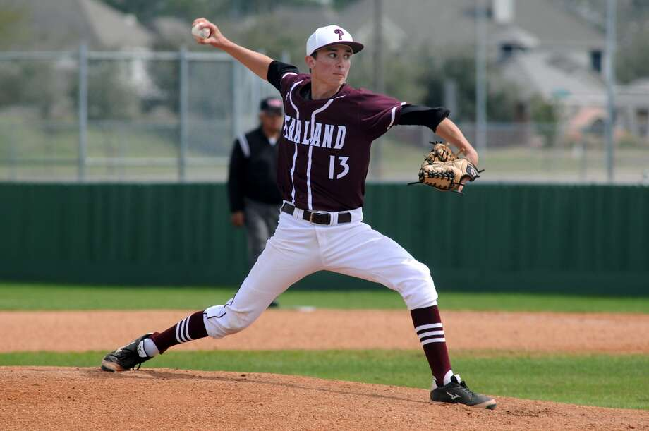 Pearland sophomore Caleb Maly works to a Friendswood hitter. Photo: Jerry Baker, Freelance