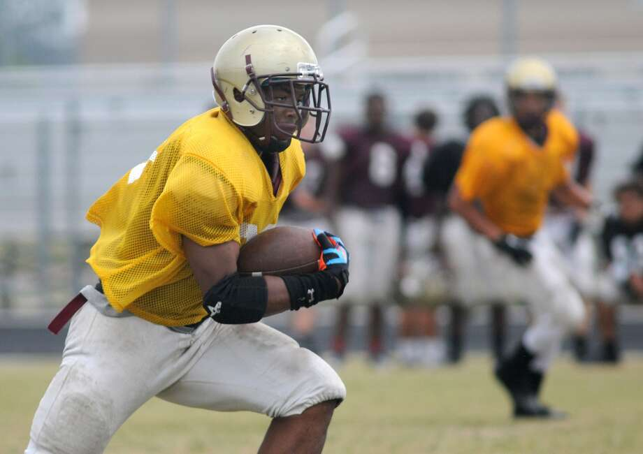 Summer Creek junior running back Duente Chatman worked for yardage during spring practices. Photo: Jerry Baker, Freelance