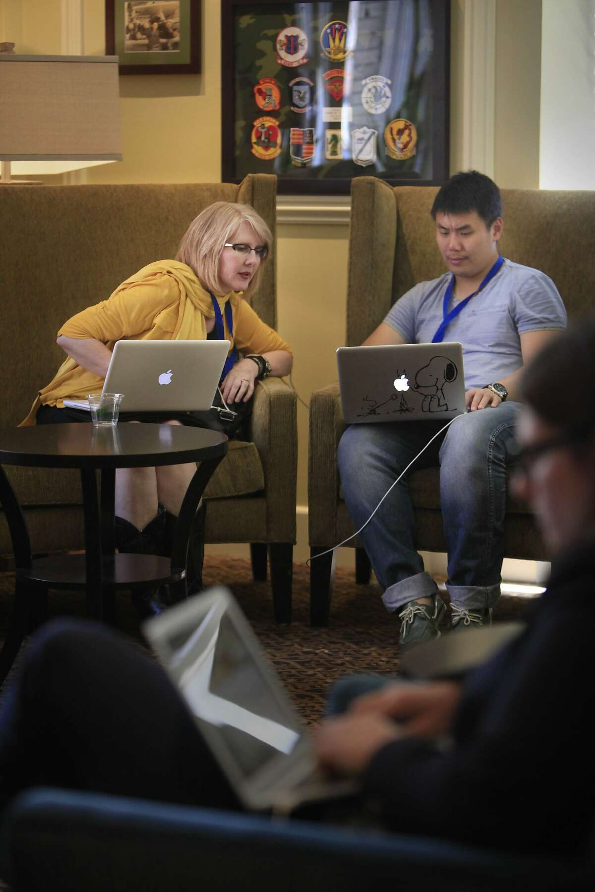 Kelly Bean (left) of African Road talks with John Zhang of Zampl at the sharing conference in S.F.