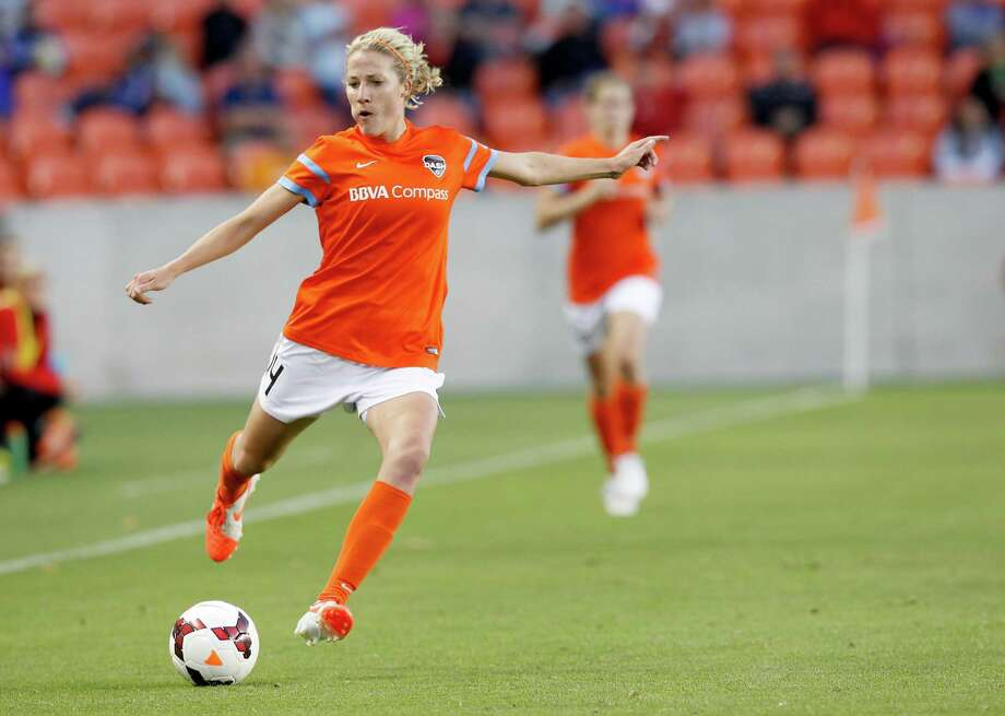 Houston Dash Becky Edwards (14) lines up a shot against the Portland Thorns in the first half on May 14, 2014 at BBVA Compass Stadium in Houston, TX. Portland won 1 to 0. Photo: Thomas B. Shea, For The Chronicle / © 2014 Thomas B. Shea
