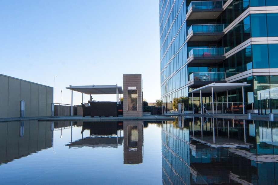 The outdoor amenities at One Rincon Hill include an infinity reflecting pool. Photo: JacksonFuller SF Real Estate Team