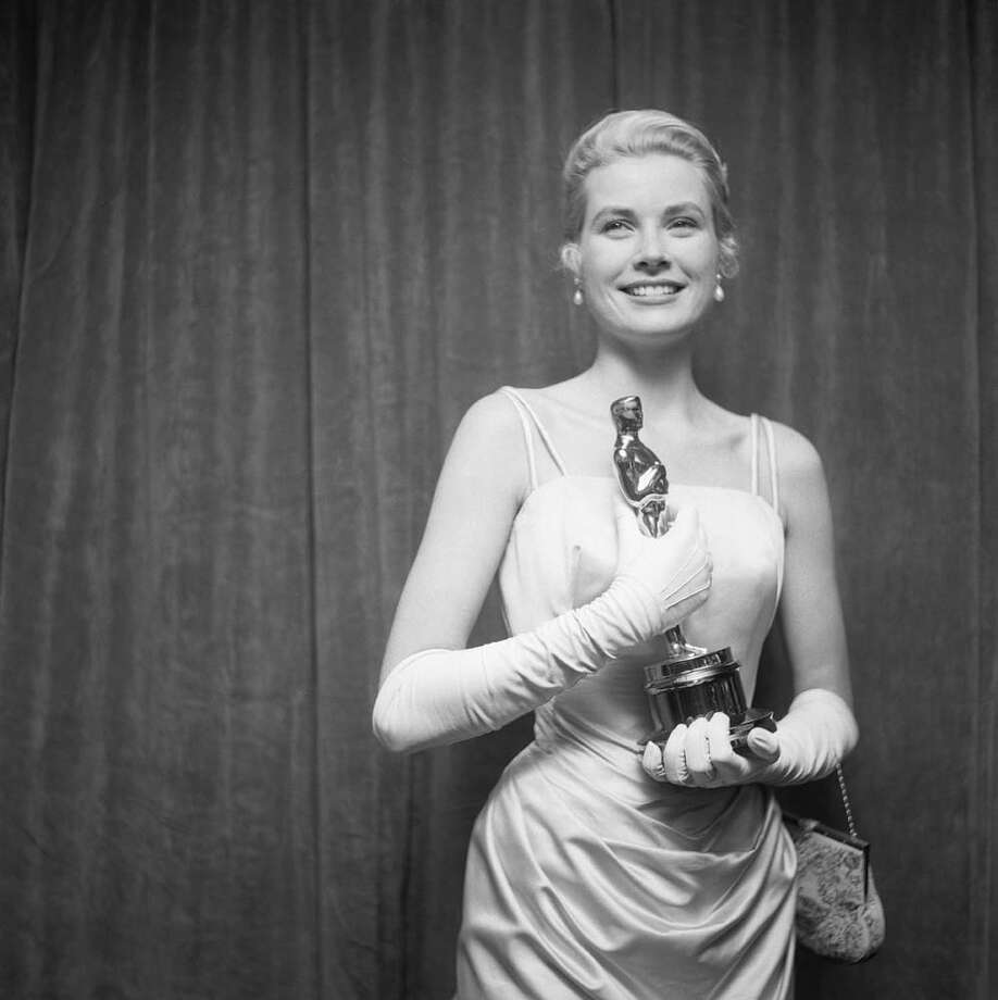 1955:Grace Kelly with her Academy Award for Best Actress for her role in The Country Girl. Photo: Michael Ochs Archives, Getty / Michael Ochs Archives