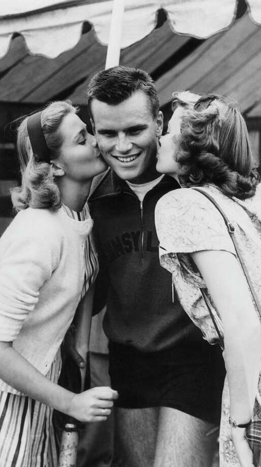 1947: Grace Kelly and her sister Margaret kissing their brother Jack, who had just won a canoeing championship, in Henley, England. Photo: Keystone-France, Getty / 1947 Keystone-France