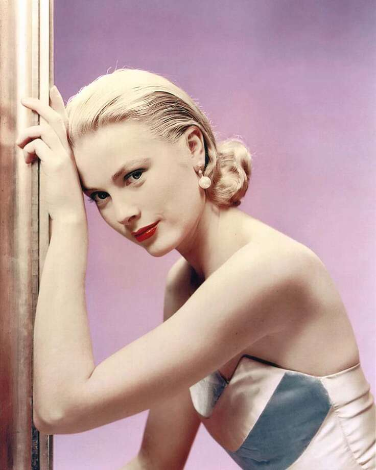 1955:Grace Kelly wearing an off-the-shoulder dress in a studio portrait, against a lilac background Photo: Silver Screen Collection, Getty / Moviepix