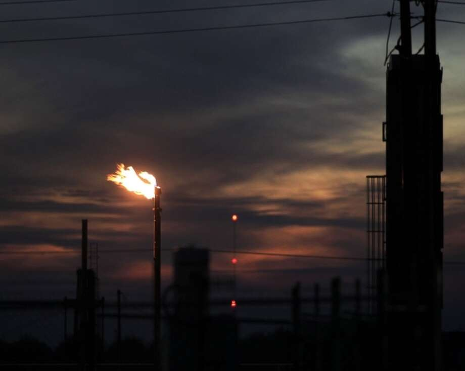 Gas flares at Vintage Production California oil facility north of Shafter (Kern County). Past gas emissions have caused neighbors of the plant to complain to government officials. Photo: Brian Van Der Brug / McClatchy-Tribune News Service / Los Angeles Times