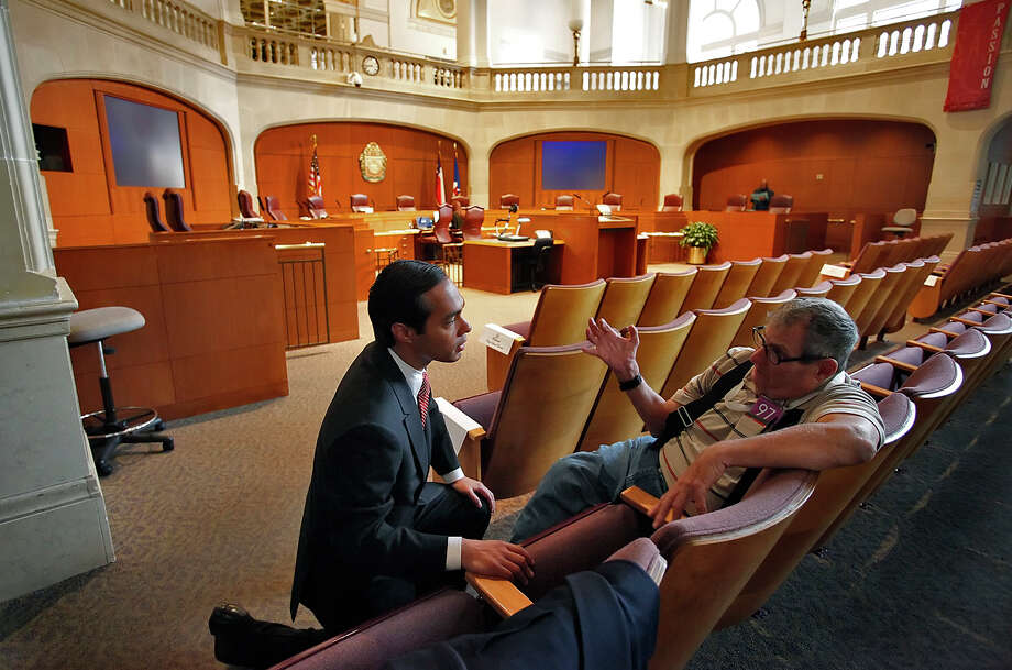 Julián Castro talks with resident Robert Ritterbach before being sworn in as mayor at City Council Chambers on May 14, 2009. Photo: KIN MAN HUI, San Antonio Express-News / kmhui@express-news.net