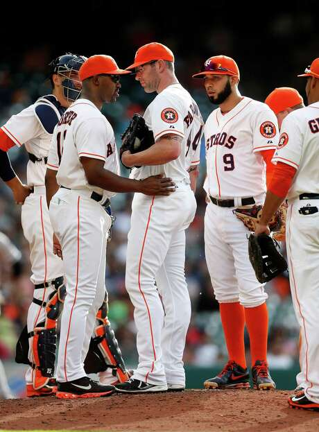 Astros manager Bo Porter, left, talks with his former minor league roommate, Kyle Farnsworth, center, who pitched the same day he signed as a free agent. Photo: Karen Warren, Staff / © 2014 Houston Chronicle