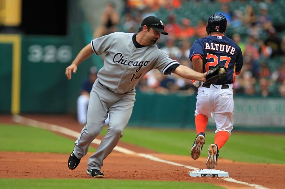 Jose Altuve is safe as he runs at first as Paul Korneko fails to apply the tag. Photo: Mayra Beltran, Houston Chronicle