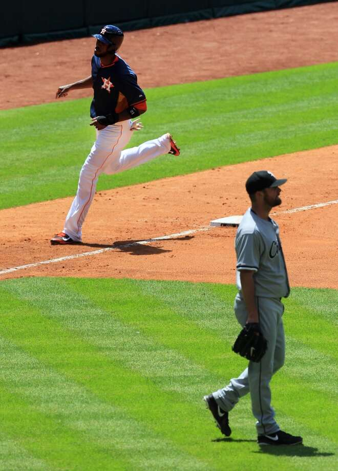 Dexter Fowler trots around the bases after his homer. Photo: Mayra Beltran, Houston Chronicle