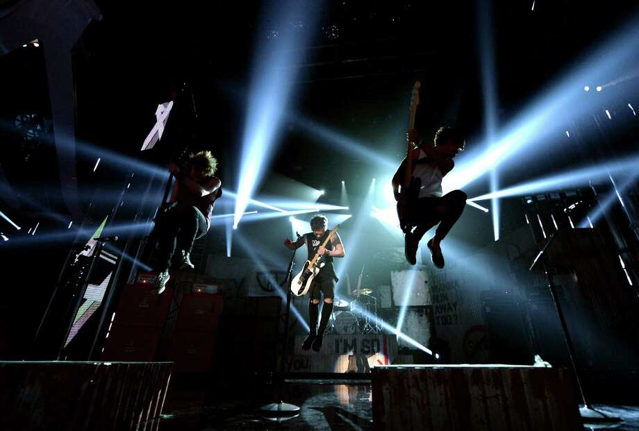 (L-R) Recording artists Michael Clifford, Luke Hemmings, and Calum Hood of 5 Seconds of Summer perform onstage during the 2014 Billboard Music Awards at the MGM Grand Garden Arena on May 18, 2014 in Las Vegas, Nevada. Photo: Kevin Winter/Billboard Awards 2014, Getty Images / 2014 Kevin Winter/Billboard Awards 2014