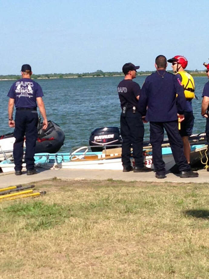 Rescue personnel at Braunig Lake searching for missing boat rider. Photo: Luis Alonzo