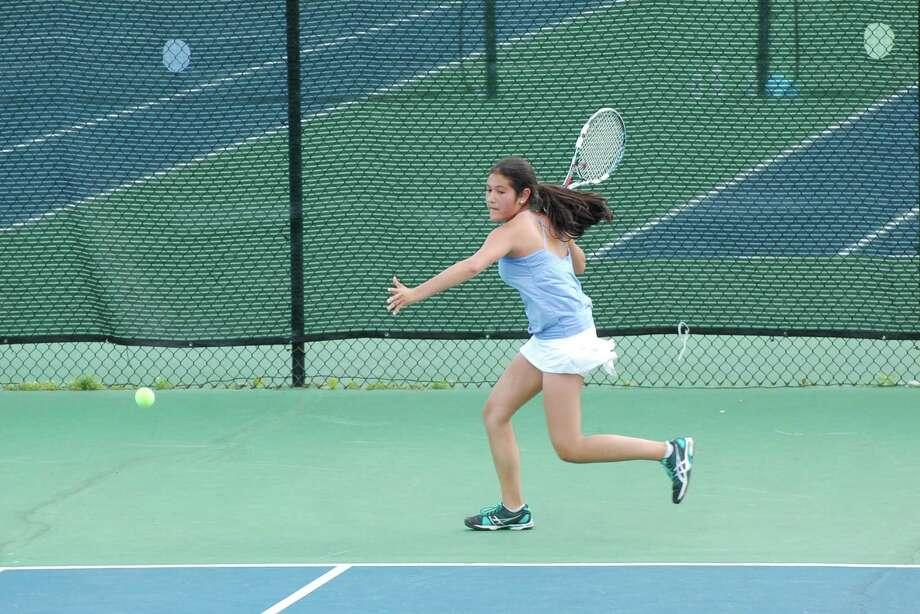Mia Dursht, Darien's No. 2 singles player, returns a shot towards Fairfield Ludlowe's Cami Adajian on Monday, May 19. Photo: Dave Crandall / Darien News freelance