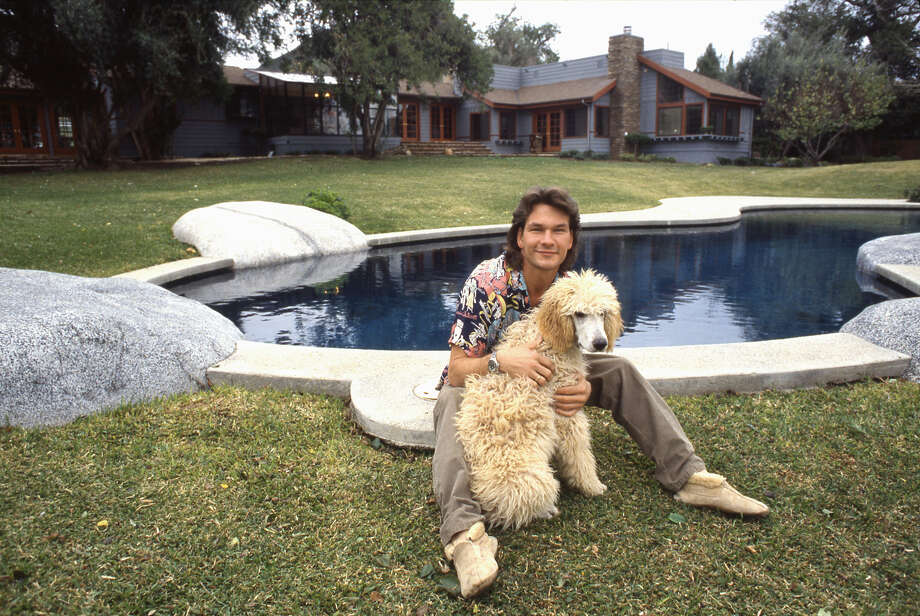 Actor and dancer Patrick Swayze poses for a portrait with his dog at home in 1987 in Los Angeles. Photo: Michael Ochs Archives, Getty Images / Michael Ochs Archives