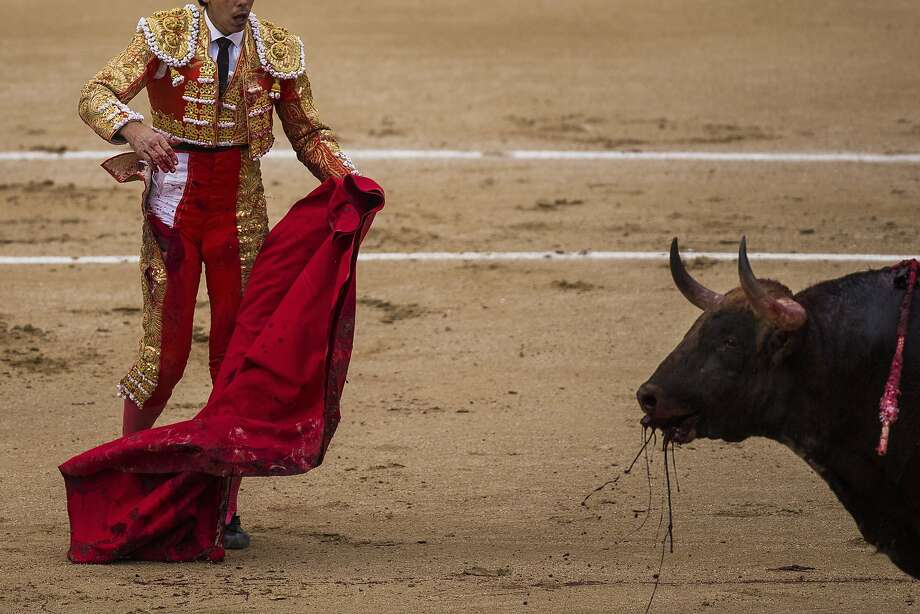 Spanish bullfighter Jimenez Fortes, kills a Los Chospes ranch fighting bull during a bullfight at Las Ventas bullring in Madrid, Spain, Tuesday, May 20, 2014.  Photo: Andres Kudacki, Associated Press