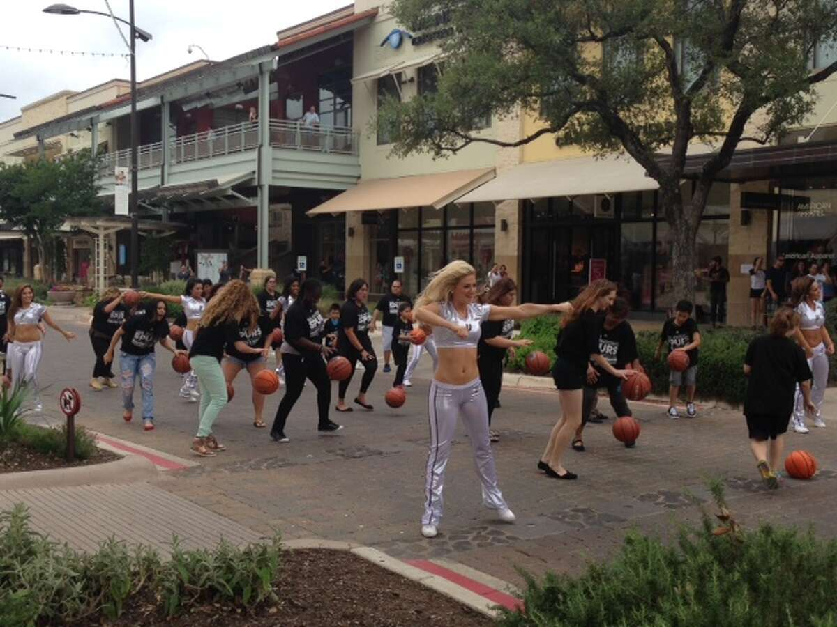 Dancers groove to Coldplay's