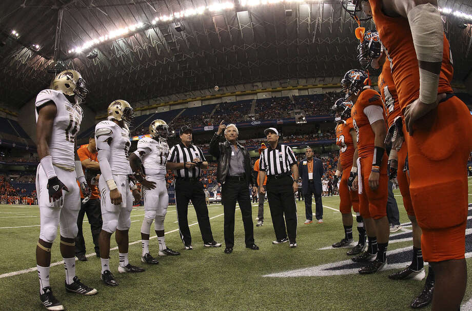 UTSA and Texas State players will face each other again — as they did in 2012 — beginning in 2017 after school officials reached a new eight-game agreement. Photo: Kin Man Hui / San Antonio Express-News / © 2012 San Antonio Express-News
