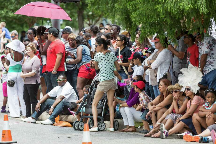 Crowds of onlookers wait in the heat for the parade to begin. Photo: Craig Hartley, For The Chronicle / Copyright: Craig H. Hartley