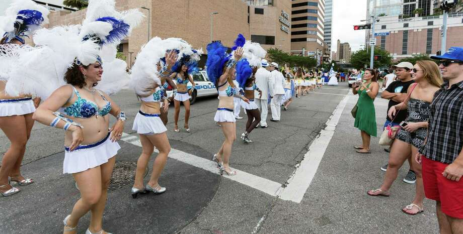 Onlookers enjoy the dancing from members of the Austin Samba School. Photo: Craig Hartley, For The Chronicle / Copyright: Craig H. Hartley