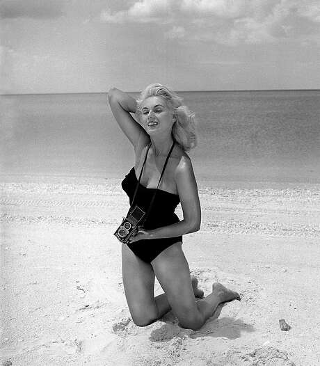 Bunny Yeager poses for a 1960 self-portrait in Naples, Fla. The model-turned-photographer, who was most famous for her pinup shots of Bettie Page in the 1950s, died Sunday. Photo: Associated Press / Bunny Yeager
