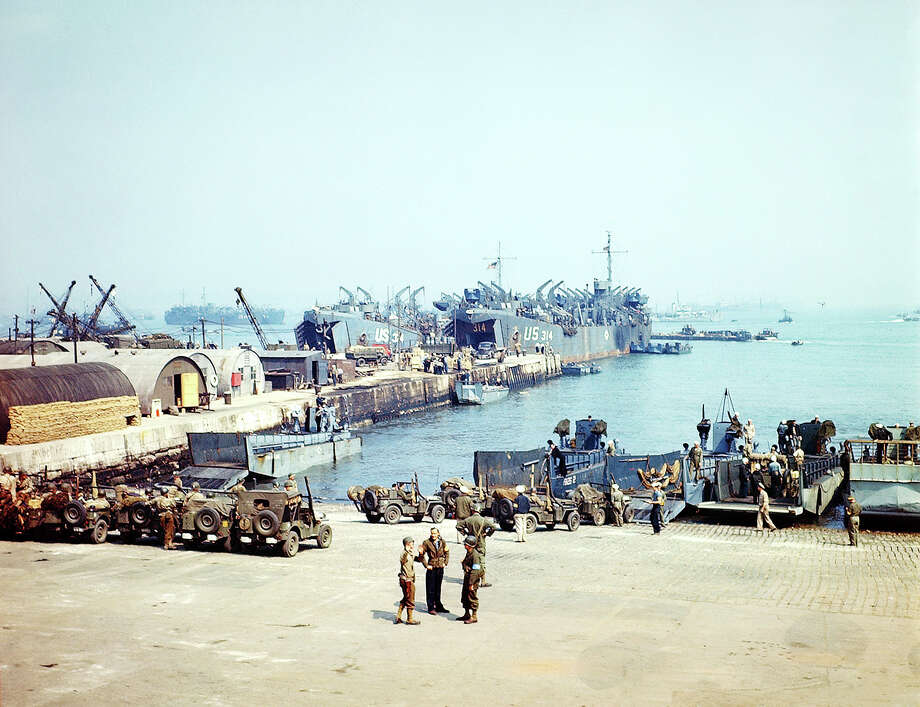 Operation Overlord, Vessels are waiting for the start of D-Day operations in an English port of embarkation. 4th June 1944. USS LST-314 (center) departed English waters as part of the second wave on 6th June. 9th June, it was torpedoed by a German E-boat and sank off the coast of Normandy. Great Britain. Photo: Galerie Bilderwelt, Getty Images / 2010 Galerie Bilderwelt