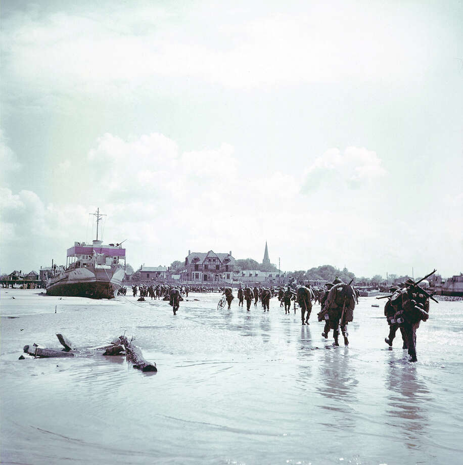 Operation Overlord Normandy, Troops of the 3rd Canadian Infantry Division are landing at Juno Beach on the outskirts of Bernieres-sur-Mer on D-Day. 6th June 1944. 14,000 Canadian soldiers were put ashore and 340 lost their live in the battles for the beachhead. France. Photo: Galerie Bilderwelt, Getty Images / 2010 Galerie Bilderwelt
