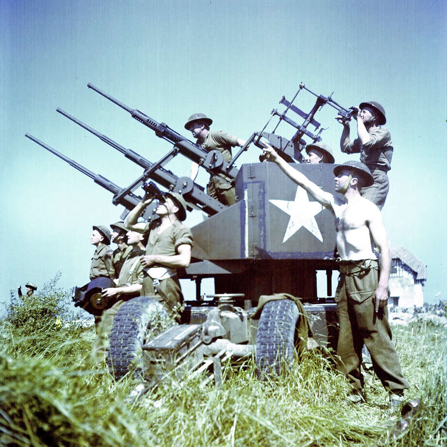 Operation Overlord Normandy, Soldiers of the 3rd Canadian Infantry Division have set up anti-aircraft guns on Juno Beach where they landed on D-Day on the outskirts of Bernieres-sur-Mer. 6th June 1944. German Luftwaffe war planes are still active in the area. 14,000 Canadian soldiers were put ashore and 340 lost their live in the battles for the beachhead. France. Photo: Galerie Bilderwelt, Getty Images / 2010 Galerie Bilderwelt