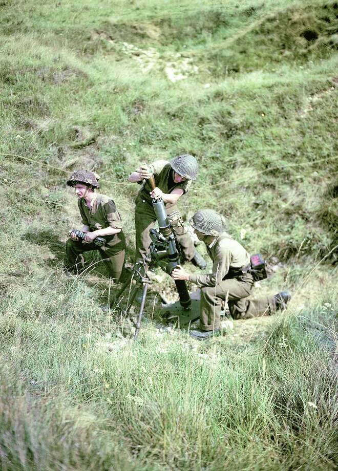 Operation Overlord Normandy, Soldiers of the 3rd Canadian Infantry Division have set up a mortar on Juno Beach where they landed on D-Day on the outskirts of Bernieres-sur-Mer. 6th June 1944. 14,000 Canadians were put ashore and 340 lost their live in the battles for the beachhead. France. Photo: Galerie Bilderwelt, Getty Images / 2010 Galerie Bilderwelt
