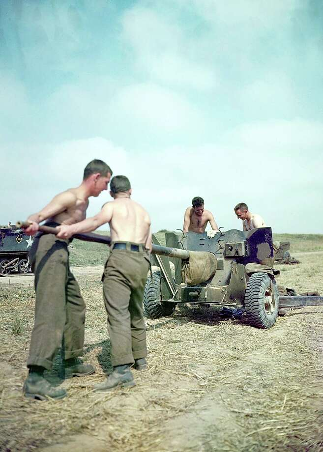 Operation Overlord Normandy, Soldiers of the 3rd Canadian Infantry Division are trying to set up an anti-aircraft gun. June 1944. The emplacement is near Juno Beach. German Luftwaffe war planes are still active in the area. 14,000 Canadian soldiers were put ashore and 340 lost their live in the battles for the beachhead. France. Photo: Galerie Bilderwelt, Getty Images / 2010 Galerie Bilderwelt