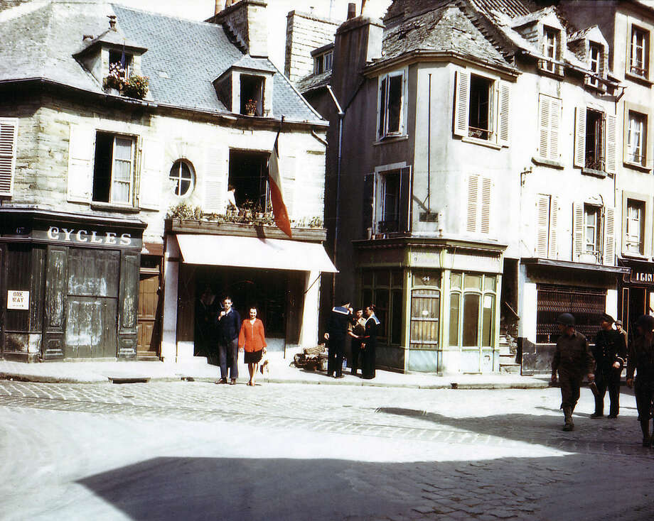 Operation Overlord Normandy, A street in Cherbourg, which has recently been liberated by the United States Army. July 1944. Two American sailors and a GI are in the street. More than 10,000 German prisoners have been taken. 2,800 American soldiers died in the battle. France. Photo: Galerie Bilderwelt, Getty Images / 2010 Galerie Bilderwelt