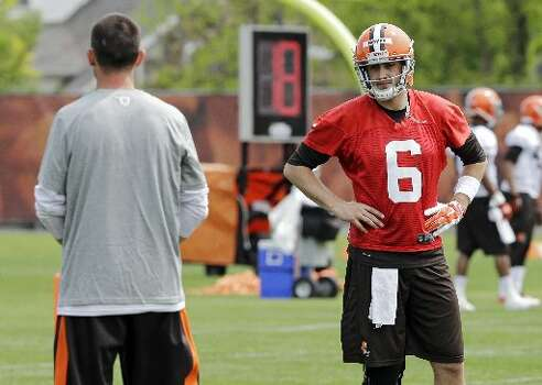 Browns quarterback Brian Hoyer waits for a play from Kyle Shanahan, left. Photo: Mark Duncan, Associated Press