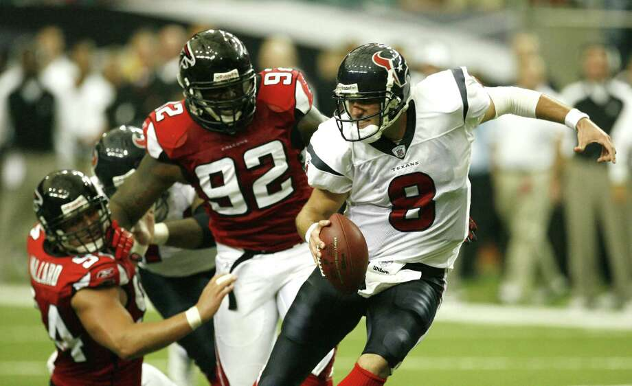 Atlanta Falcons defensive end Chauncey Davis (92) rushes Texans quarterback Matt Schaub (8) during second half action at the Georgia Dome Sunday, Sept. 30, 2007, in Atlanta. Photo: Billy Smith II, Houston Chronicle / Houston Chronicle