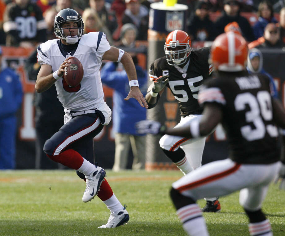 Texans quarterback Matt Schaub (8) scrambles while being chased by Cleveland Browns linebacker Willie McGinest (55) during the first half of Houston Texans match-up against  the Cleveland Browns  Sunday, Nov. 25, 2007, in Cleveland. Photo: Billy Smith II, Houston Chronicle / Houston Chronicle