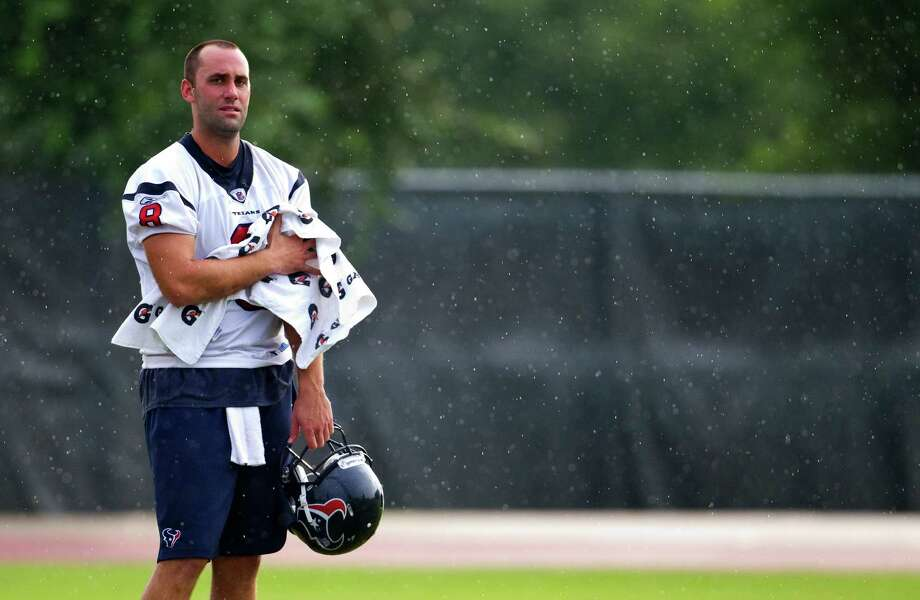 Texans quarterback Matt Schaub (8) wipes away rain drops with a towel at the morning session of the Houston Texans training camp,  Thursday,Aug. 12, 2010. Photo: Karen Warren, Chronicle / Houston Chronicle