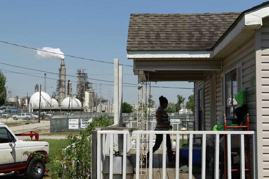 Homes near a refinery at Hartman Park, at 93rd St. & E Avenue R. Photo: Melissa Phillip, Staff / © 2014  Houston Chronicle