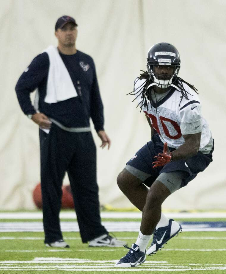 Texans linebacker Jadeveon Clowney (90) runs a drill while head coach Bill O'Brien looks on. Photo: Brett Coomer, Houston Chronicle