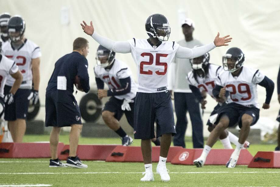 Texans cornerback Kareem Jackson (25) stretches out his arms as he finishes a drill. Photo: Brett Coomer, Houston Chronicle