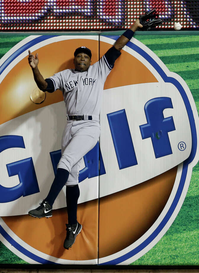 New York Yankees right fielder Alfonso Soriano cannot catch a solo home run by St. Louis Cardinals' Allen Craig during the fifth inning of a baseball game Tuesday, May 27, 2014, in St. Louis. (AP Photo/Jeff Roberson) ORG XMIT: MOJR111 Photo: Jeff Roberson / AP