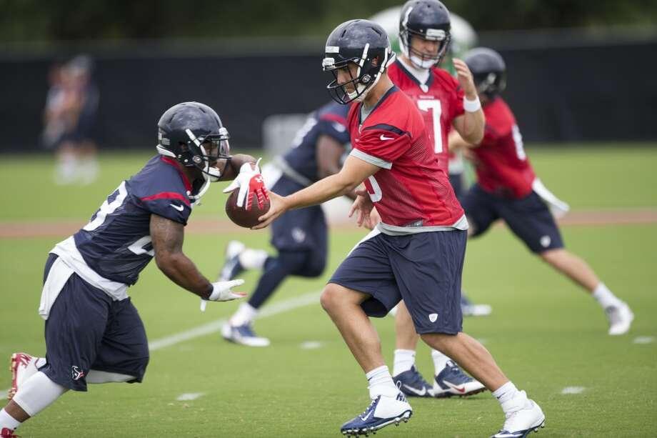 Texans quarterback Tom Savage (3) hands the ball off to running back Dennis Johnson (28). Photo: Brett Coomer, Houston Chronicle