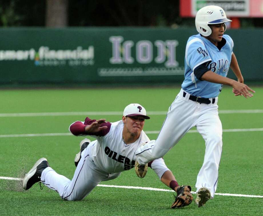 Pearland's Jacob Barfield, left, gets the tag on Brazoswood's Tracy Walts to end a rundown. Photo: Eric Christian Smith, Freelance