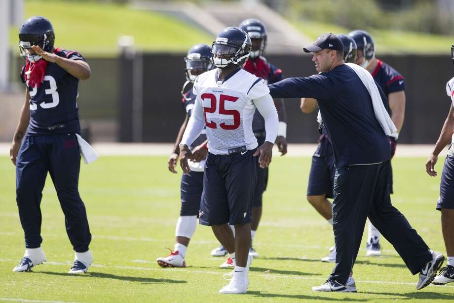 Texans head coach Bill O'Brien, right, pats cornerback Kareem Jackson (25) on the back. Photo: Brett Coomer, Houston Chronicle