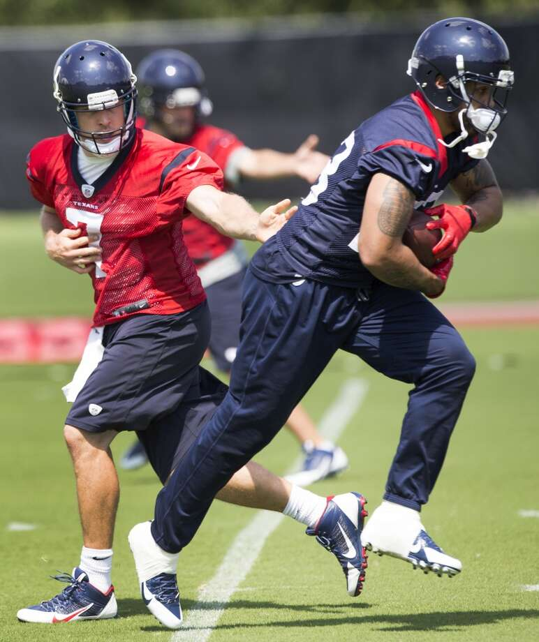 Texans quarterback Case Keenum (7) hands the ball off to running back Arian Foster. Photo: Brett Coomer, Houston Chronicle