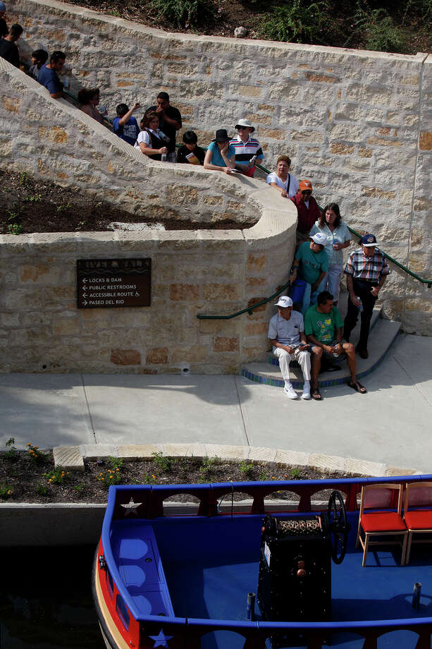 The line begins for the first people holding tickets for a ride on the first Rio San Antonio Cruise for the public during the grand opening celebration of the San Antonio Museum Reach extension on Saturday, May 30, 2009. LISA KRANTZ/lkrantz@express-news.net Photo: LISA KRANTZ, San Antonio Express-News / lkrantz@express-news.net