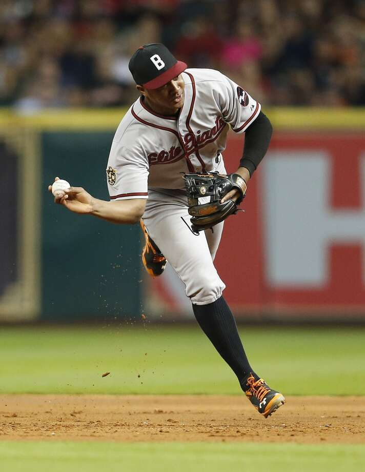 Orioles second baseman Jonathan Schoop makes a throw to first base. Photo: Karen Warren, Houston Chronicle