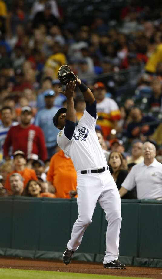 Chris Carter catches a pop-up during the fourth inning. Photo: Karen Warren, Houston Chronicle