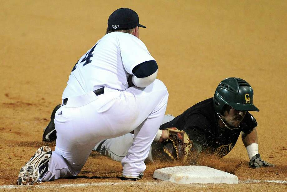 Rice first baseman Skyler Ewing, left, tags out George Mason center fielder Luke Willis on a pickoff during the third inning of a Houston NCAA baseball regional game, Friday, May 30, 2014, at Reckling Park in Houston. Photo: Eric Christian Smith, For The Chronicle